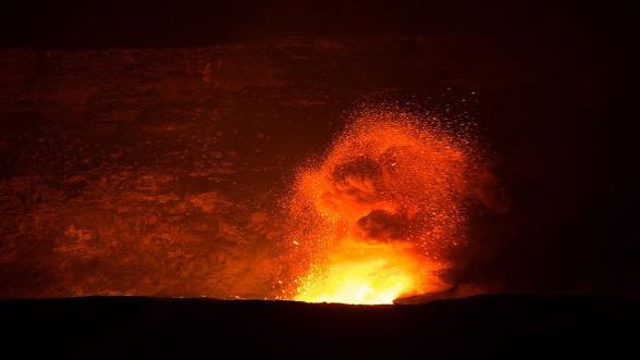 L'esplosione di uno dei crateri dell'Etna