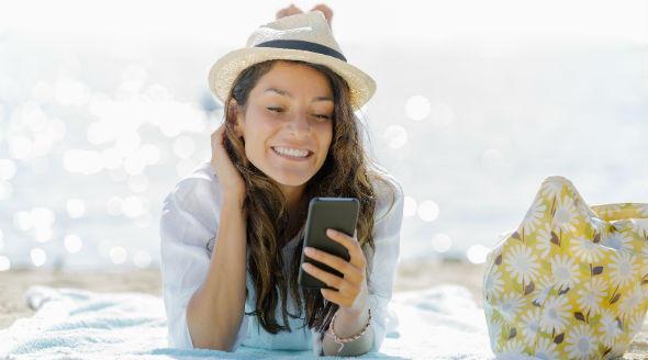Vacanze, ecco come proteggere lo smartphone al mare